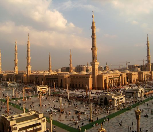 Nabawi moskee in de avond