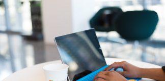 vrouw achter een laptop